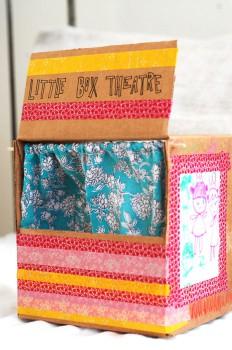 Un teatro de marionetas de cartón