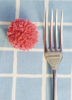 Cómo hacer pompones con un tenedor