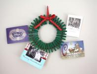 Una corona de Navidad hecha con pinzas