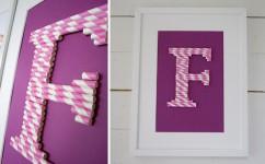 Un cuadro con letras hechas con pajitas