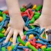 Manualidades infantiles, cómo teñir pasta