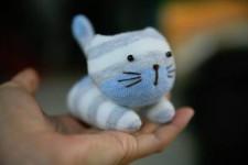 Manualidades recicladas, ¡un gatito con calcetines!