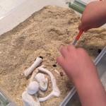Cómo hacer huesos de dinosaurios para niños