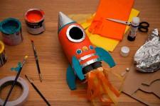 Manualidad reciclada: cohete hecho con una botella
