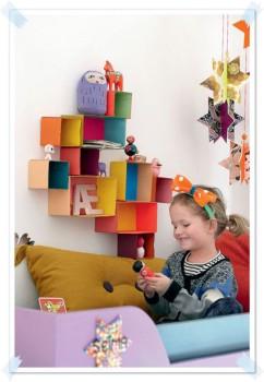 Decoración de la habitación infantil: ¡una estantería con cajas!