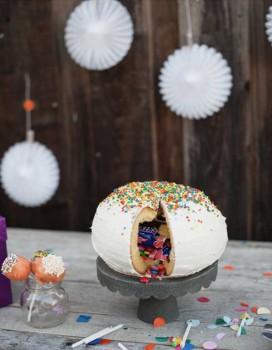 Cómo hacer una tarta piñata para un cumpleaños