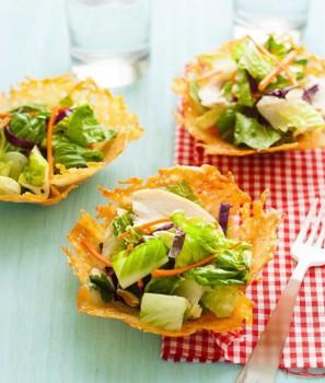 Recetas originales, ¡ensaladas en cestas de queso!