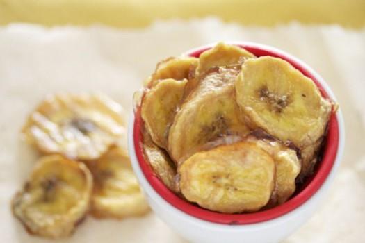 Snacks saludables, chips de plátano al horno