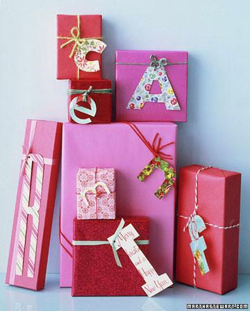 Envolver regalos con iniciales