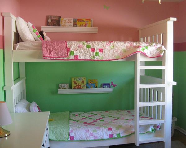 esta clsica idea de decoracin con la litera de madera blanca puede ser perfecta si dos hermanitos deben compartir habitacin