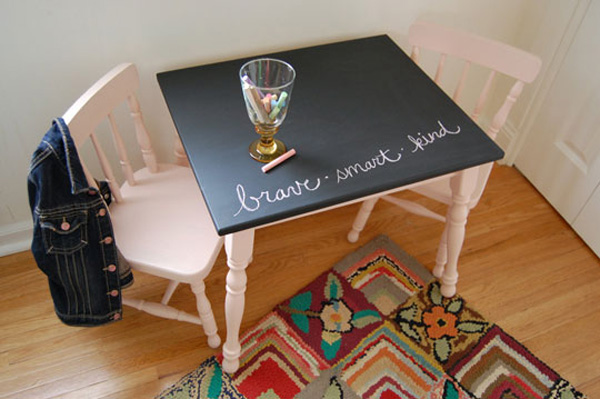 Antes y despu s de una mesa y sillas infantiles pequeocio for Como reciclar una mesa de tv vieja
