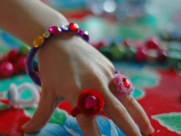 Pulseras y anillos para niñas