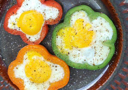 Huevos fritos en pimientos de colores 1