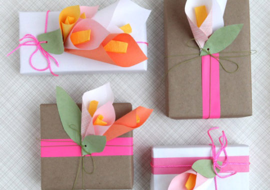 Idea para envolver regalos con flores de papel 2