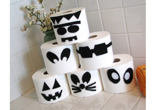 Decoración de Halloween con monstruos de papel higiénico 2