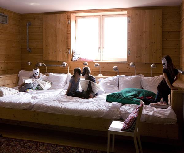 En amsterdam la cama m s grande de hotel pequeocio for Cama de matrimonio extra grande