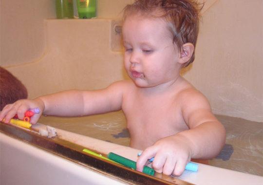 Cómo hacer crayones para el baño