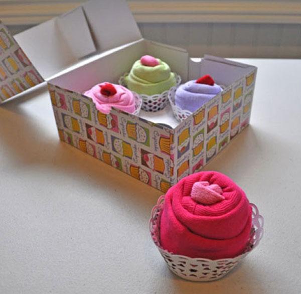 Regalos originales para beb s cupcakes de ropa - Que regalar en un bautizo al bebe ...