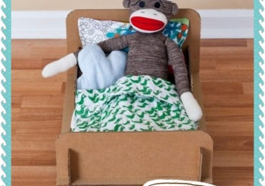 Manualidades con cartón. Cómo hacer una cama de cartón para muñecos