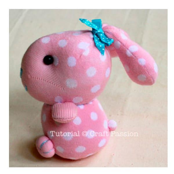 Manualidad infantil f cil un conejo con un calcet n - Como hacer calcetines de punto ...