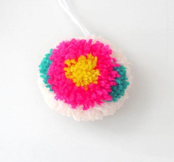 Manualidades Con Lana Pompones Con Flores - Como-hacer-una-flor-de-lana