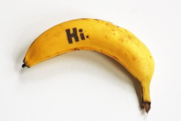 plátanos con mensajes tatuados