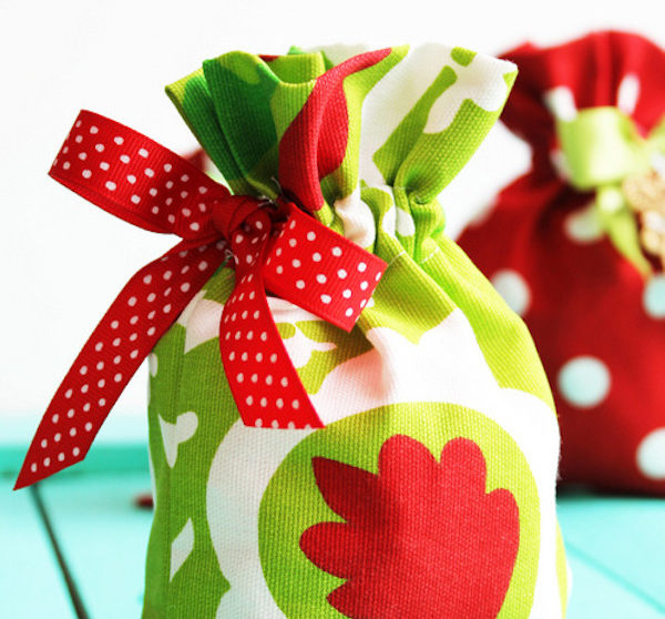 b8ebaf58e Manualidades con tela: envolver regalos de Navidad
