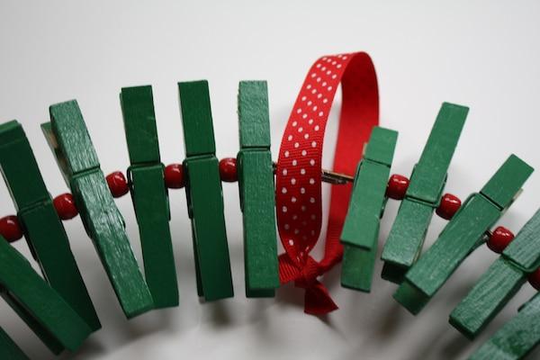 cómo hacer una corona de navidad con pinzas
