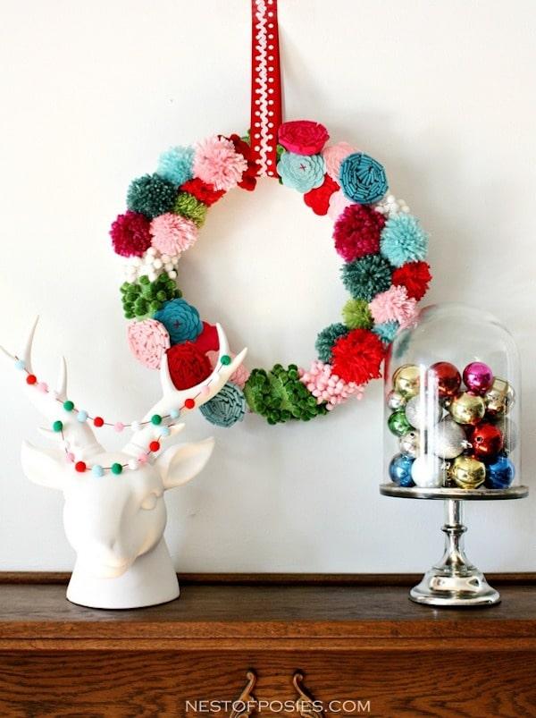 corona de navidad de pompones y fieltro