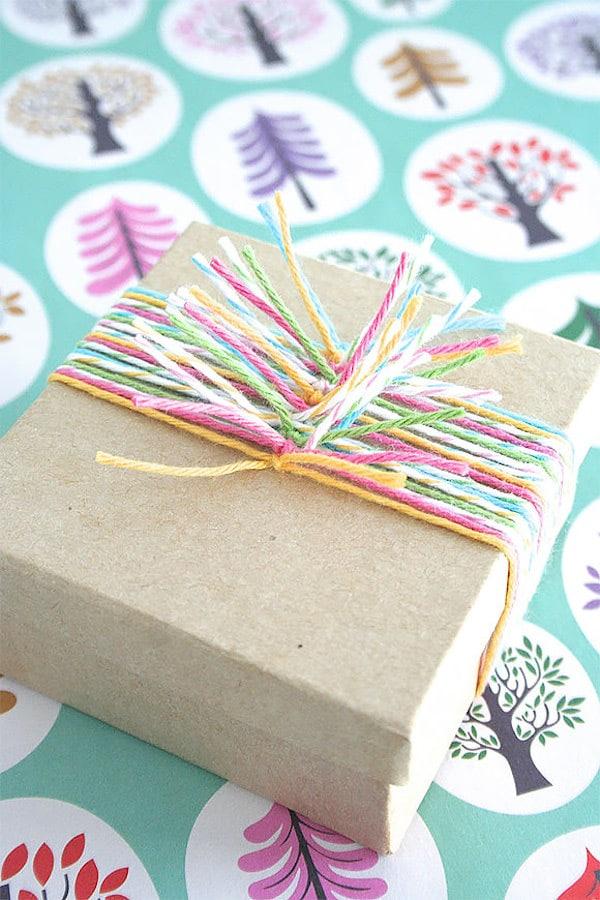 envolver los regalos con hilos de colores