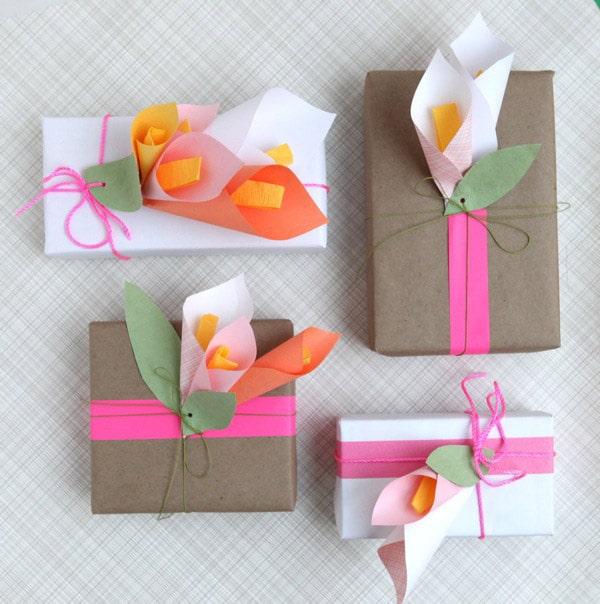 envolver regalos con flores de papel