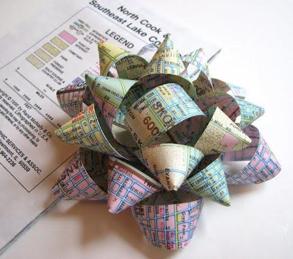 lazos para regalo con papel de revista