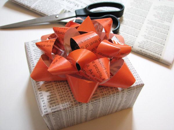 cómo hacer un lazo para regalo con papel de revista