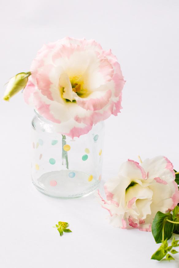 frascos de cristal decorados con esmalte de uñas