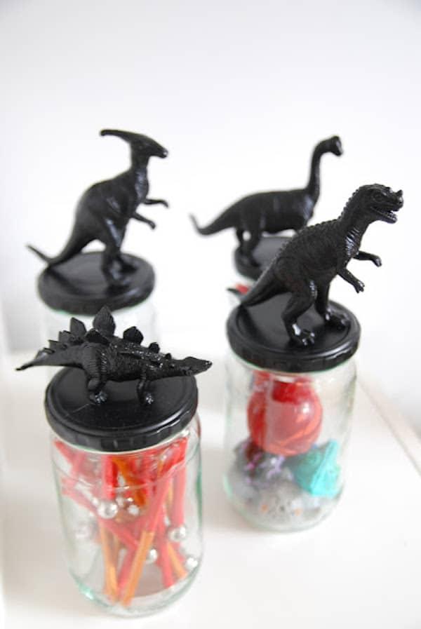 frascos de cristal con dinosaurios