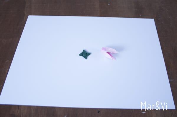 guirnalda de luces con flores de carton de huevos
