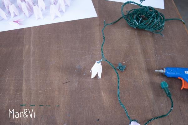 guirnalda de luces y flores de carton casera