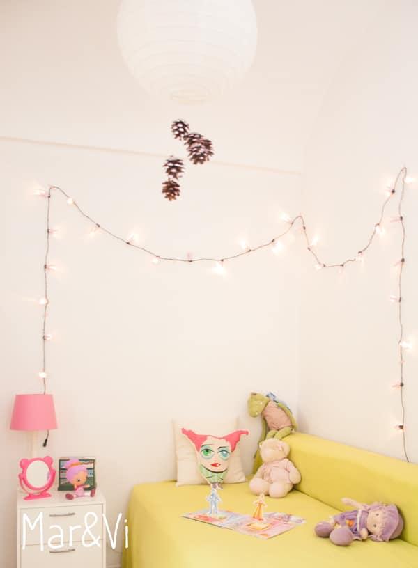 guirnalda de luces y flores hecha con cartones de huevo