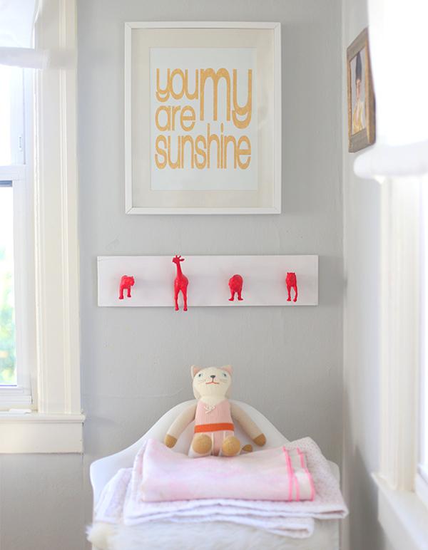 Un perchero original para la habitaci n infantil pequeocio - Perchero original pared ...