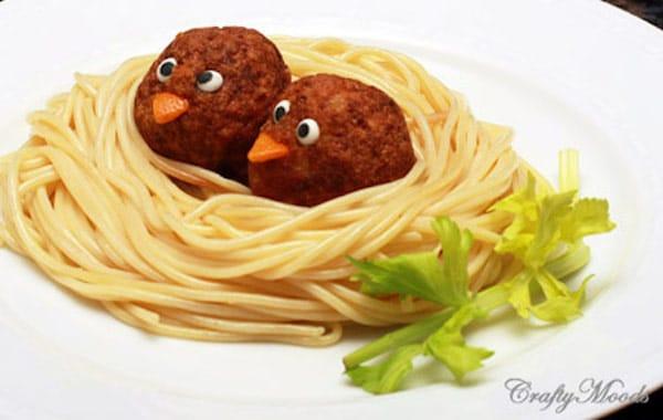 nido de spaghetti con albóndigas