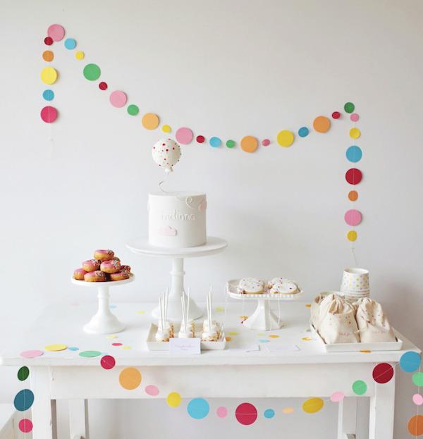 Una fiesta infantil delicada y elegante pequeocio for Decoracion de piezas para ninos