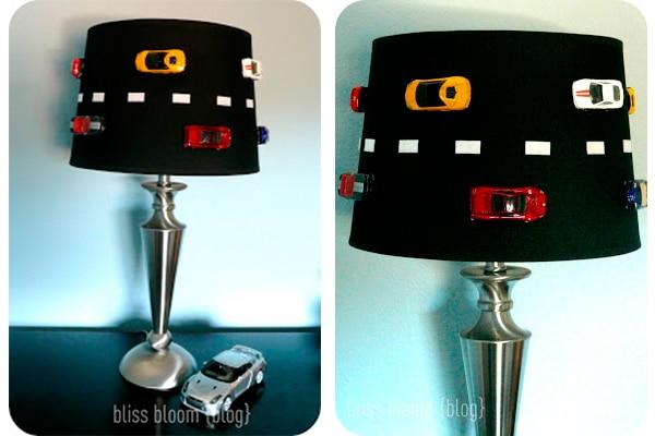 lámpara decorada con coches de juguete