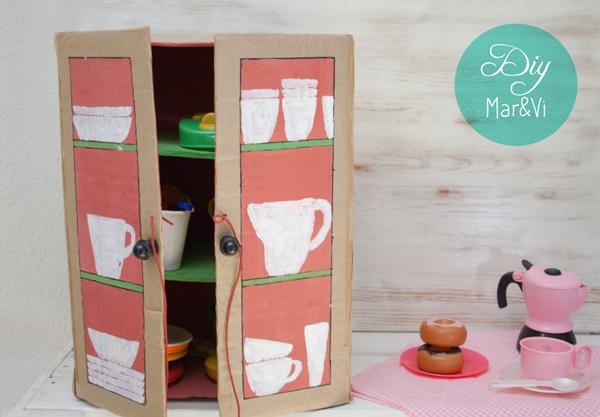 Un armario de cart n para la cocina de juguete pequeocio - Estantes para juguetes ...