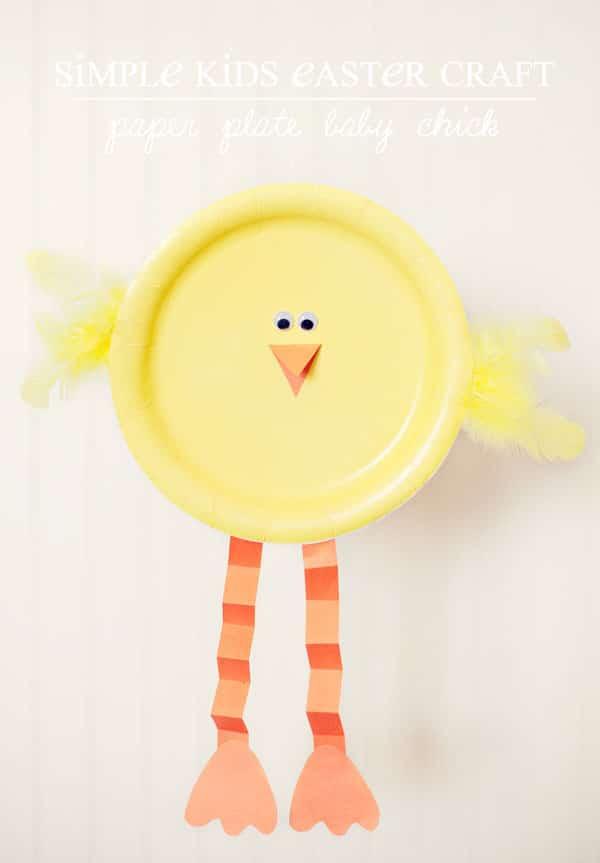 Pollito de Pascua con platos desechables