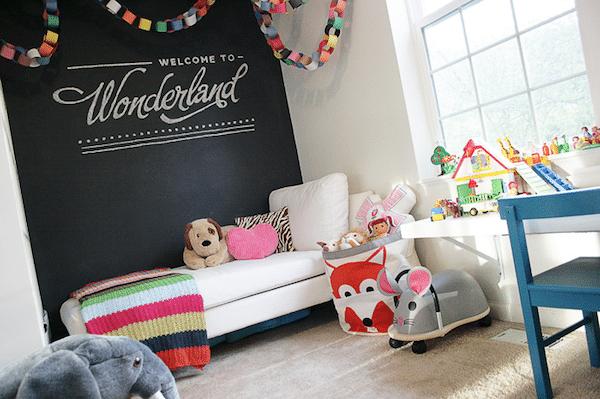 paredes de pizarra en la habitación infantil
