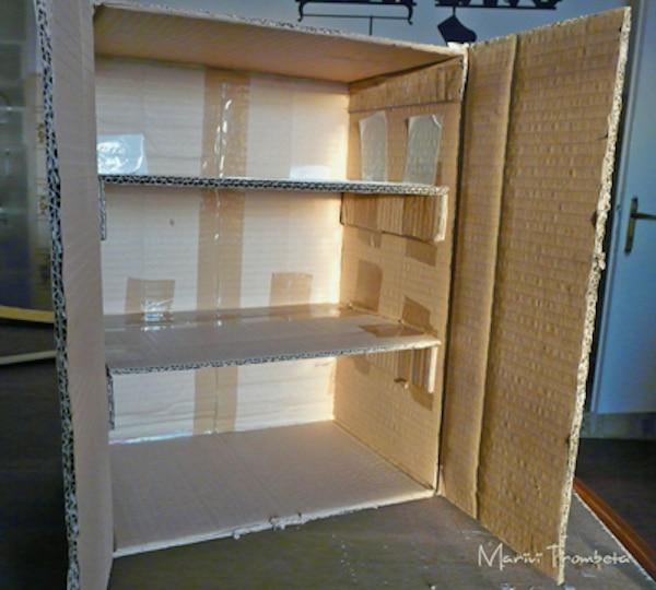 Un armario de cart n para la cocina de juguete pequeocio for Puertas de material reciclado