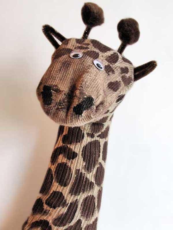 marioneta de jirafa con calcetín