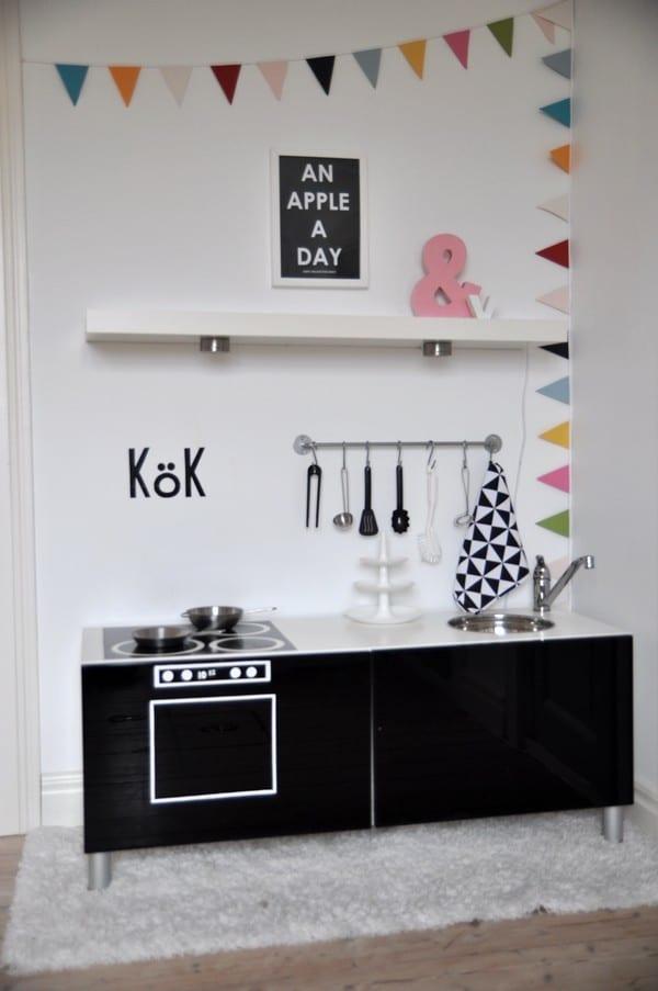 Reciclar muebles de Ikea: de aparador a cocinita de juguete