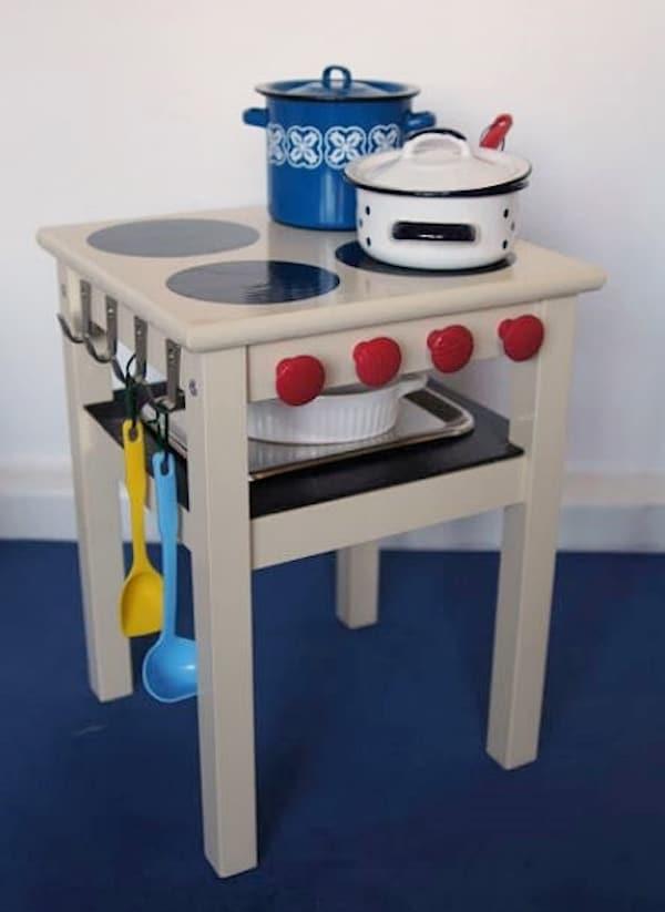 Ikea salon vista: puerta de madera entre el comedor y recibidor.