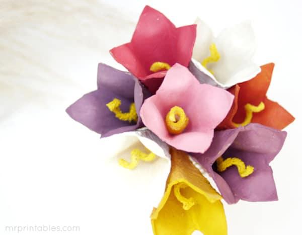 Flores de papel con cartones de huevo